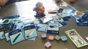 コバトンもエスペラントのカードに興味深々